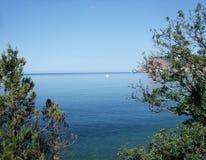 Kustlinjen av havet med vaggar och stenar på stranden Black Sea crimea fotografering för bildbyråer