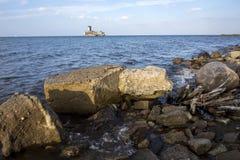 Kustlinjen för det baltiska havet med gammalt fördärvar Royaltyfri Bild