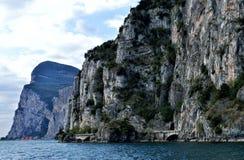 Kustlinjen nära Limone på sjön Garda royaltyfria foton