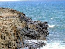 Kustlinjen och kraftfulllava vaggar kallade Dragon's tänder, och att krascha vinkar på Makaluapuna punkt nära Kapalua, Maui, HI royaltyfria foton