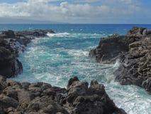 Kustlinjen och kraftfulllava vaggar kallade Dragon's tänder, och att krascha vinkar på Makaluapuna punkt nära Kapalua, Maui, HI royaltyfri foto