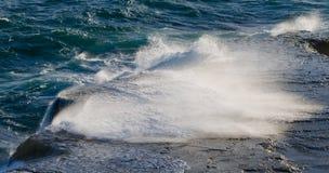 Kustlinjen på halvön Valdes mot krascha rockswaves arenaceous Arkivbilder
