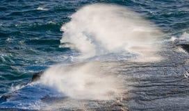 Kustlinjen på halvön Valdes mot krascha rockswaves arenaceous Royaltyfri Bild