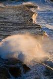 Kustlinjen på halvön Valdes mot krascha rockswaves arenaceous Royaltyfria Foton