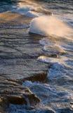 Kustlinjen på halvön Valdes mot krascha rockswaves arenaceous Arkivfoton