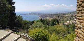 Kustlinjesikten från fördärvar av den grekiska Roman Theater, Taormina, Sicilien, Italien royaltyfria foton