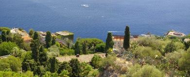 Kustlinjesikten från fördärvar av den grekiska Roman Theater, Taormina, Sicilien, Italien royaltyfria bilder