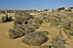 Kustlinjestenar på Pointe des Corbeaux av den Yeu ön royaltyfria bilder