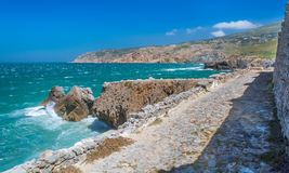 Kustmening dichtbij Praia do Guincho, Costa Vicentina, Portugal stock foto's