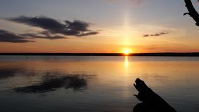 Kustmening over zonsondergangmeer en hemel stock footage