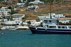 Kustmening van Mykonos met witte gebouwen en haven met varend vastgelegd schip royalty-vrije stock foto's