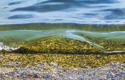 Kustoverzees/oceaangolf die op het strand verpletteren Stock Foto's