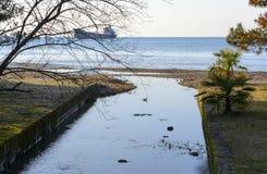 Kustpromenade, zeemeeuwen en een groot schip in het overzees Stock Foto's