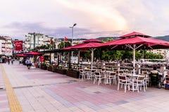 Kustrestaurant van Cinarcik-Stad in de Zomerzonsondergang - Turkije Royalty-vrije Stock Foto's