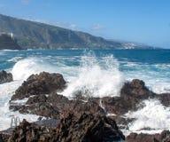 Kustsikt från vågor på den tenerife ön royaltyfria foton