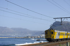 Kustspoorweg bij Kalk-Baai Cape Town Zuid-Afrika royalty-vrije stock afbeelding