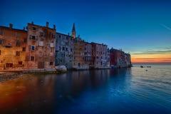 Kuststad av Rovinj, Istria, Kroatien i solnedgång Stad för Rovin skönhetantiq royaltyfri fotografi