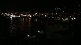 Kuststad bij nacht