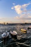 Kuststraten van Cinarcik-Stad in de Zomerzonsondergang - Turkije Royalty-vrije Stock Afbeeldingen
