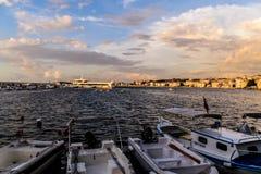 Kuststraten van Cinarcik-Stad in de Zomerzonsondergang - Turkije Royalty-vrije Stock Foto's