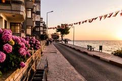 Kuststraten van Cinarcik-Stad in de Zomerzonsondergang - Turkije Stock Afbeelding