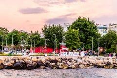 Kuststraten van Cinarcik-Stad in de Zomerzonsondergang - Turkije Stock Afbeeldingen