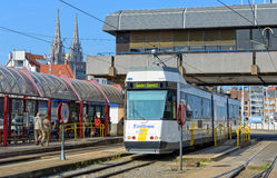 Kusttram oder die Küsten-Tram am Bahnhof Lizenzfreie Stockfotos