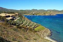 Kustvilla met Mediterrane tuin Stock Afbeelding