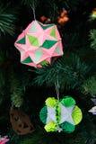 Kusudama-Origamidekoration im Weihnachtsbaum Stockbild