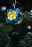 Kusudama-Origamidekoration im Weihnachtsbaum Lizenzfreie Stockfotografie