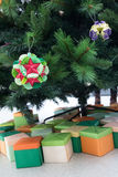 Kusudama-Origamidekorationen im Weihnachtsbaum Stockfotografie