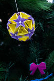 Kusudama origamigarnering i julgran Royaltyfria Foton