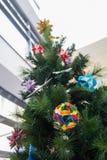 Kusudama origamigarneringar i julgran Fotografering för Bildbyråer