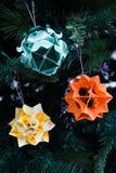 Kusudama origamigarneringar i julgran Royaltyfri Bild