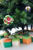Kusudama origamigarneringar i julgran Arkivbild