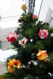 Kusudama origamigarneringar i julgran Royaltyfri Fotografi