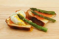 Kłusujący jajko uwędzony asparagus i łosoś Obrazy Stock