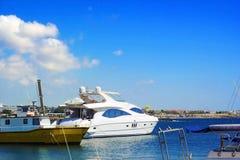 Kuszetka z jachtami w morzu śródziemnomorskim przeciw niebieskiemu niebu, Paphos Zdjęcia Royalty Free
