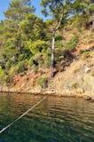 Kuszetki kreskowy prowadzić cumować przez zielonego morza Obrazy Stock
