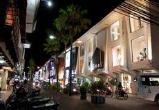 Kuta shoppinggata på natten, Kuta, Bali, Indonesien Royaltyfri Bild