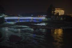 Kutaisi τή νύχτα, όμορφη γέφυρα φωτισμού στον ποταμό Rioni Στοκ Εικόνες