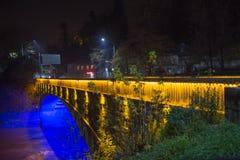 Kutaisi τή νύχτα, όμορφη γέφυρα φωτισμού Στοκ Εικόνες
