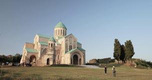 Kutaisi, Georgia - 11-ое сентября 2017: Старые стены собора Bagrati Место всемирного наследия Unesco известный наземный ориентир акции видеоматериалы