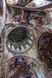 Kutaisi Georgia - Augusti 25,2015: Inre och frescoes i Gela arkivfoton
