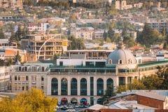 Kutaisi Georgia Byggnad av banken i den dävertAghmashenebeli fyrkanten fotografering för bildbyråer
