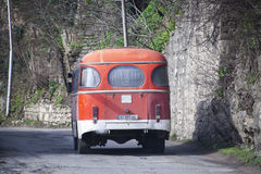 KUTAISI GEORGIA - FEBRUARI 23, 2016: Gammal sovjetisk buss PAZ 672M på stadsgatan Royaltyfri Bild