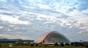 KUTAISI - GEORGIA - JUNIO DE 2016: Edificio futurista del parlamento georgiano imagen de archivo libre de regalías