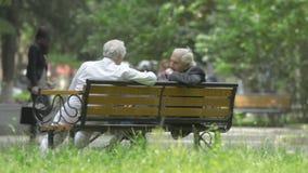 Kutaisi, Georgia - mayo de 2017: Dos viejos hombres georgianos que hablan sentarse en banco de parque Kutaisi, Georgia almacen de metraje de vídeo