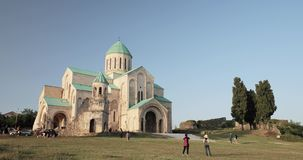 Kutaisi, Georgia - 11 settembre 2017: Vecchie pareti della cattedrale di Bagrati Luogo del patrimonio mondiale dell'Unesco Limite stock footage