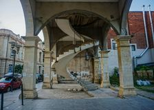 Kutaisi a tordu la vue d'entrée d'escaliers photos libres de droits